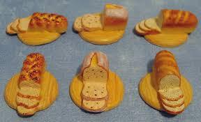 6 broden (ten dele gesneden) op broodplank