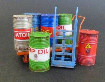 Olievaten met handkar