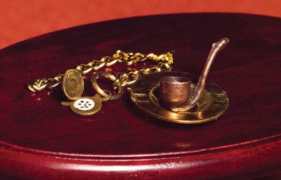 Pijp, asbak en antieke horloge