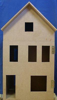 Poppenhuis gebouwd met 2 etages en zolderverdieping