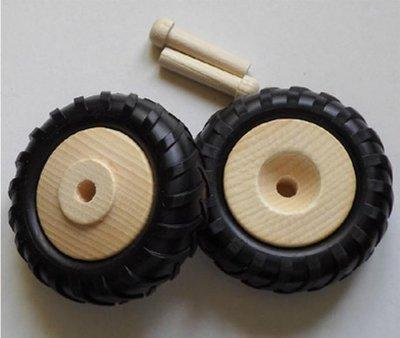 Houten wielen (80 mm) met rubber tractorbanden.