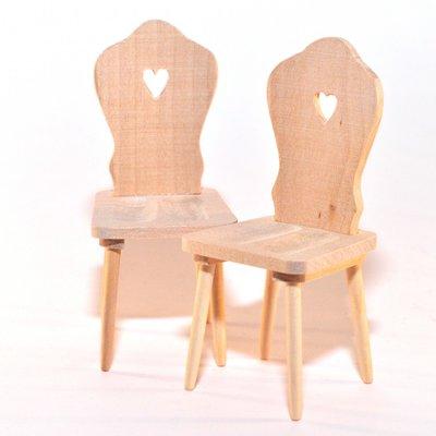 paar stoelen met hartje in de rugleuning