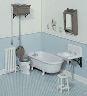Bad, wastafel, toilet, radiator, medicijnkast en krukje