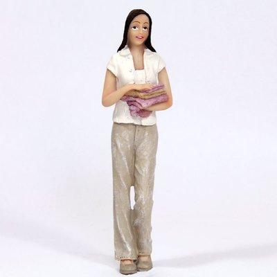 Moderne vrouw met stapeltje handdoeken