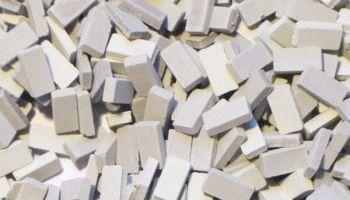 Gemengd grijze steen 1:43/50. Afm.: 5,3 x 2,6 x 1,3 mm