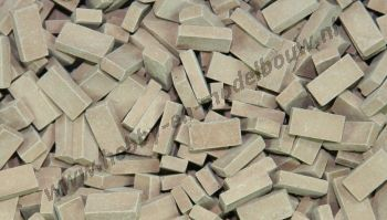 Donker terracotta steen 1:43/50. Afm.: 5,3 x 2,6 x 1,3 mm