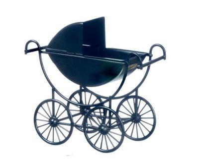 Zwarte metalen kinderwagen