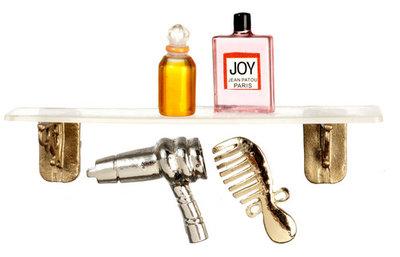 Badkamerplankje met parfum flesjes, fohn en kam