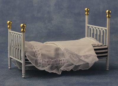 Wit metalen spijlen bed, inclusief bedlinnen