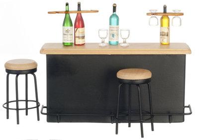 Toog (voor de bar) met accessoires en 2 barkrukken