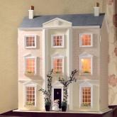 Een klassiek poppenhuis, ongeschilderd