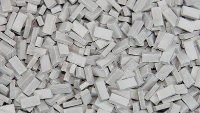 Donkergrijze steen 1:120-160. Afm.: 1.0 x 2.0 x 0,5 mm