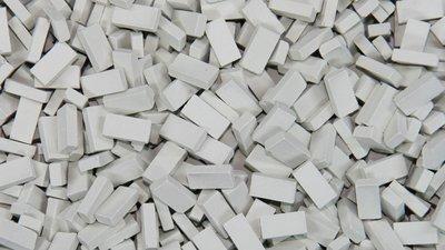Lichtgrijze steen 1:120-160. Afm.: 1.0 x 2.0 x 0,5 mm