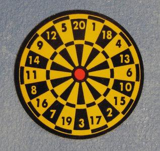 Dartbord met 3 dartpijltjes; miniatures world; Poppenhuis 1:12; 1op12; inrichting voor poppenhuizen; poppenhuizen; bloemkool,