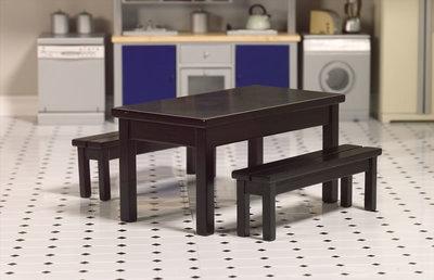 Zwarte tafel met 2 banken; Poppenhuis inrichting; inrichting poppenhuis; poppenhuis meubels 1:12; schaal 1 op 12: 1op12; meubel