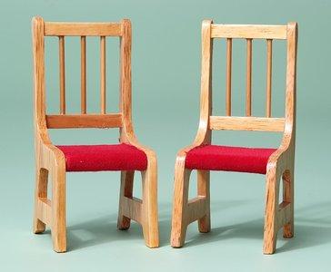 hobby en modelbouw; 2 eetkamer stoelen met rood stoffen zitting; poppenhuis; schaal 1 op 12; schaal 1:12; poppenhuismeubels; po