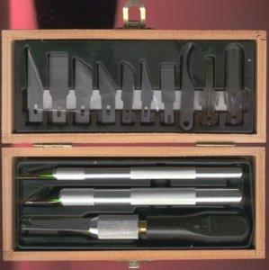 13-Delige hobbyset met 3 meshouders, 8 mesjes en 2 gutsen in houten kistje.
