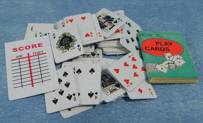 Pakje speelkaarten; poppenhuis; schaal 1 op12