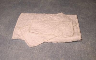 Setje fluffy witte handdoeken; Poppenhuis 1:12; 1op12; inrichting voor poppenhuizen; poppenhuizen;