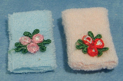 Setje handdoeken met bloemen; Poppenhuis 1:12; 1op12; inrichting voor poppenhuizen; poppenhuizen;